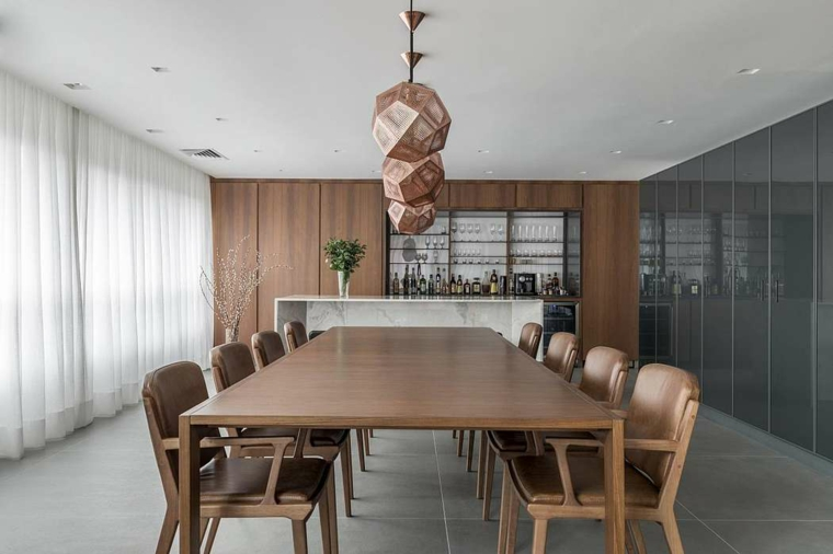 salle à manger avec lampe en cuir