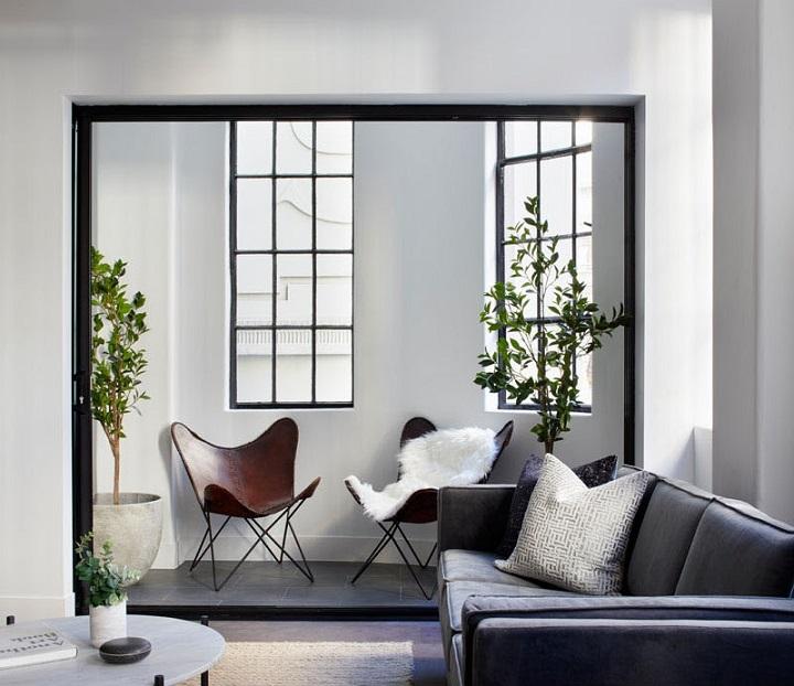 murs décorés coussins blancs détails clairs