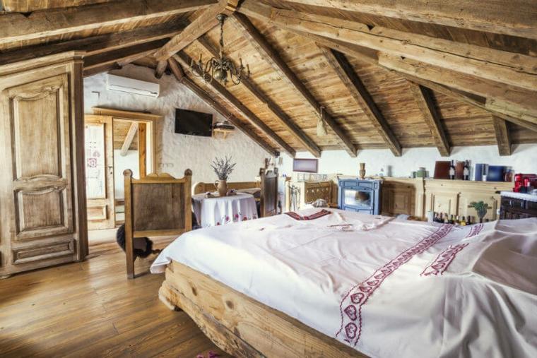 Chambre en bois rustique dans le grenier