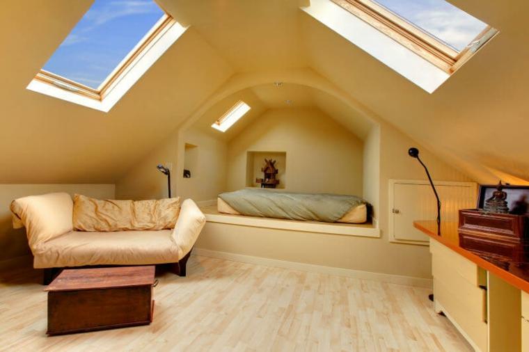 Chambre beige dans le grenier avec puits de lumière