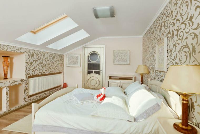 Chambre élégante dans le grenier avec des détails blancs et dorés