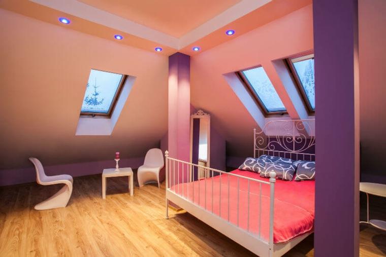 Petite pièce dans le grenier avec plafond voûté et lumières encastrées