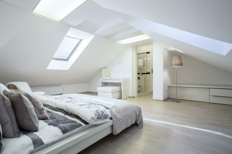 Chambre mansardée avec décoration blanche