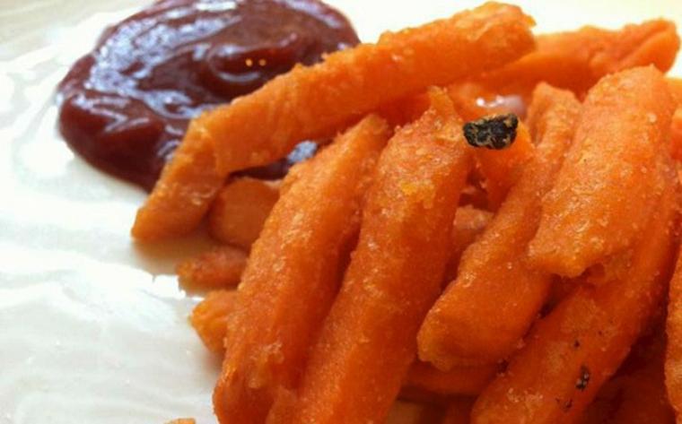 Chips de patates douces à la sauce tomate épicée