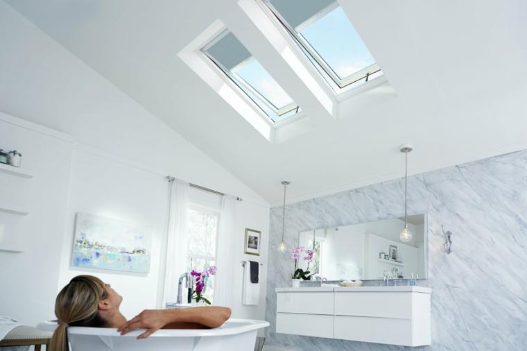 salle de bains avec puits de lumière