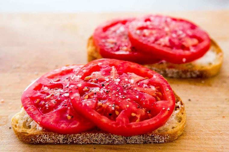 recettes pour le petit déjeuner tomates-fromage-toast-breakfast