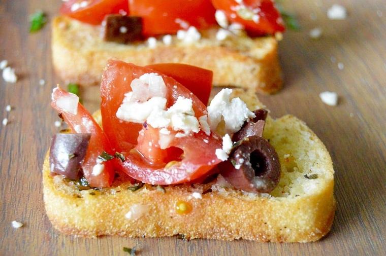 recettes-pour-petits-déjeuners-pain-toasté-fromage-feta-olives-kalamata