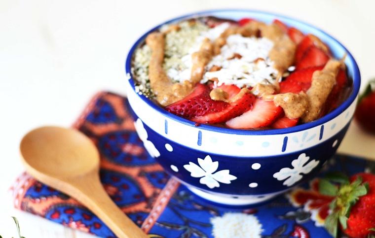 recettes de smoothies-bol-fruta-platano-fresa