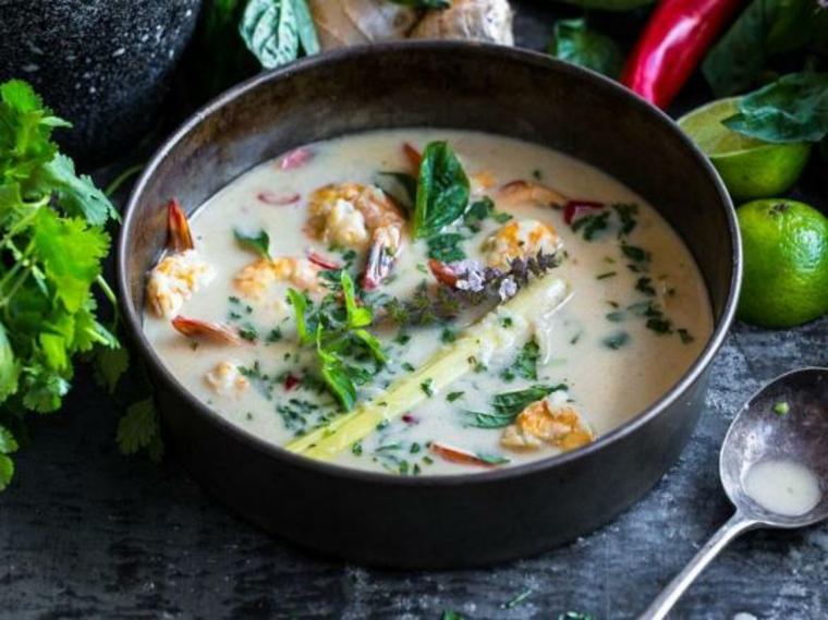 Soupe aigre douce aux crevettes et à la noix de coco