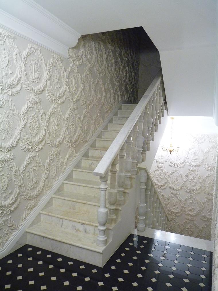 escalier-luxe-murs-décoré-plâtre