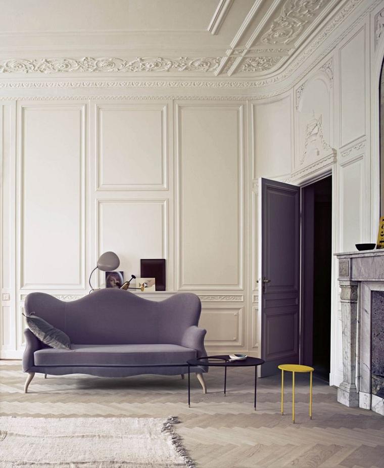 salle-large-murs-haut-détail-plâtre