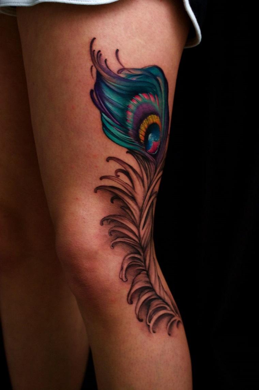 tatouage-de-pluma-estilo-moderno-jambe