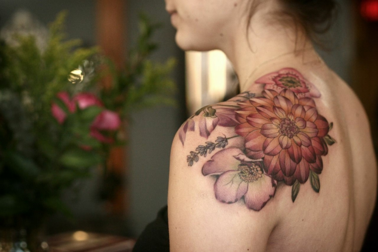 tatouage-délicat-femme-fleur-épaule