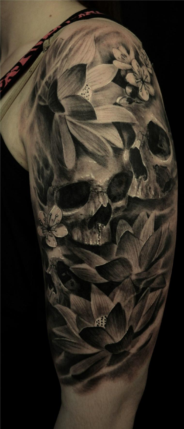 tatouage-crânes-fleurs-épaule-options