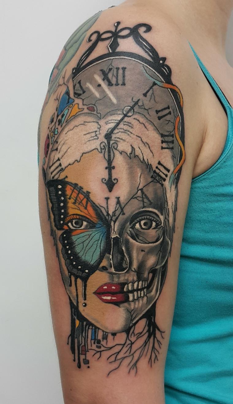 tatouage-homme-épaule-combinaison-plusieurs-elements