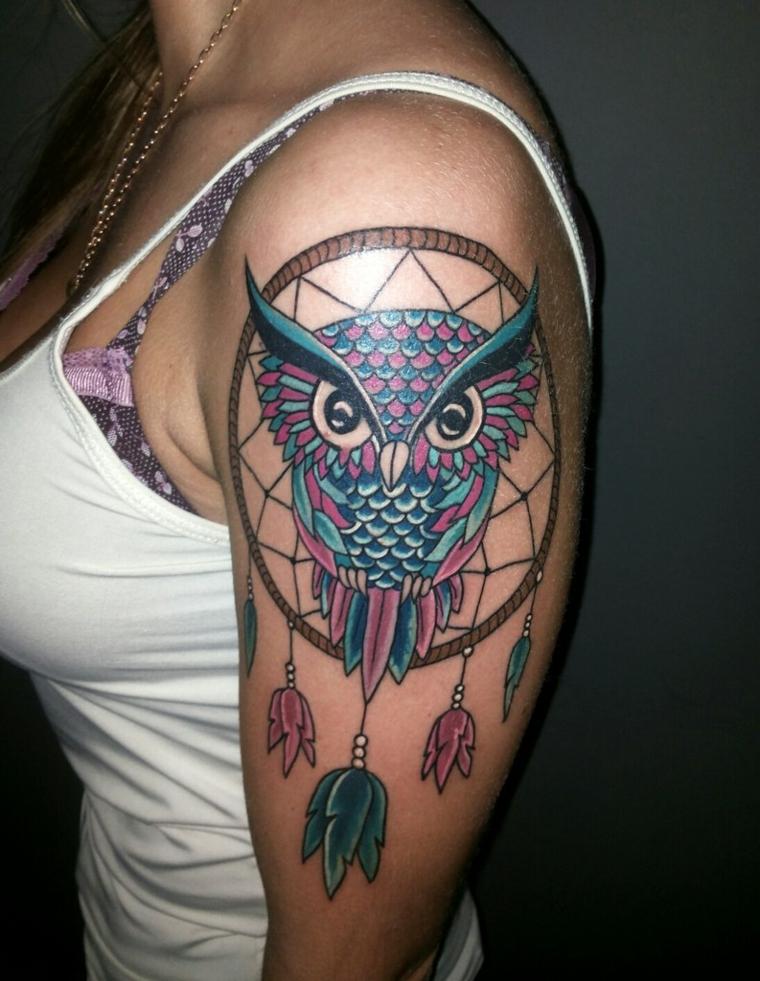 tatouage-femme-épaule-chasseur-rêves-chouette