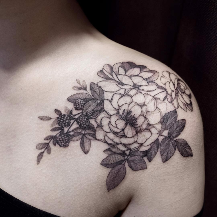 tatouage-femme-epaule-fleurs-fruits