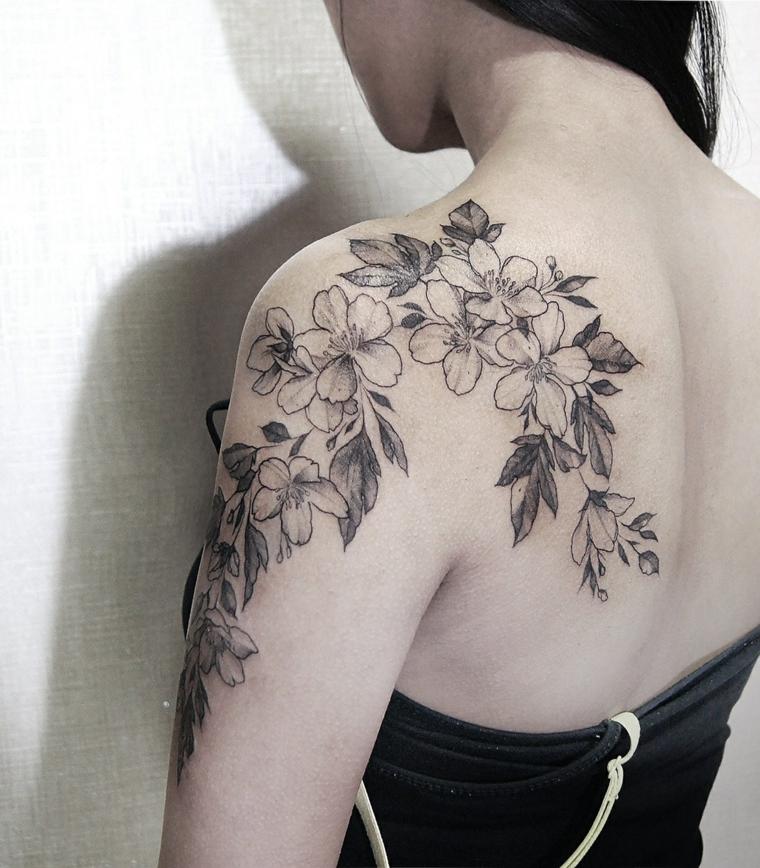 tatouage-femme-épaule-fleurs-idées