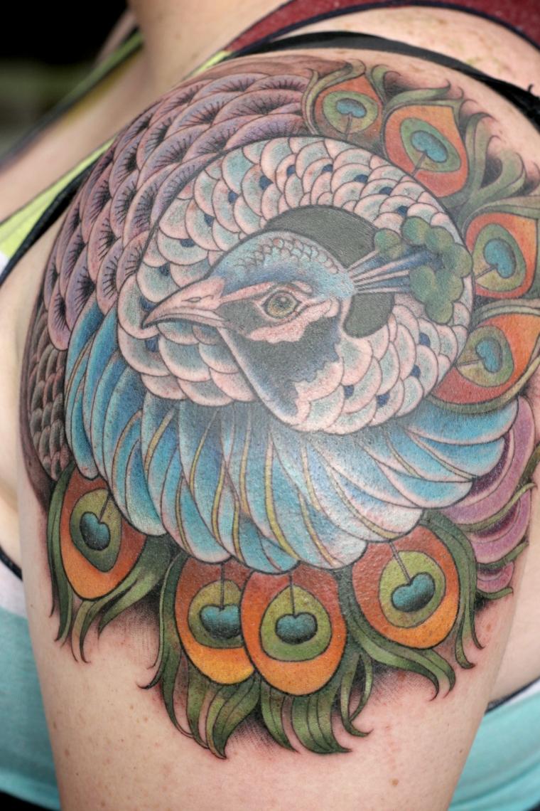 tatouage-oiseau-épaule-couleurs