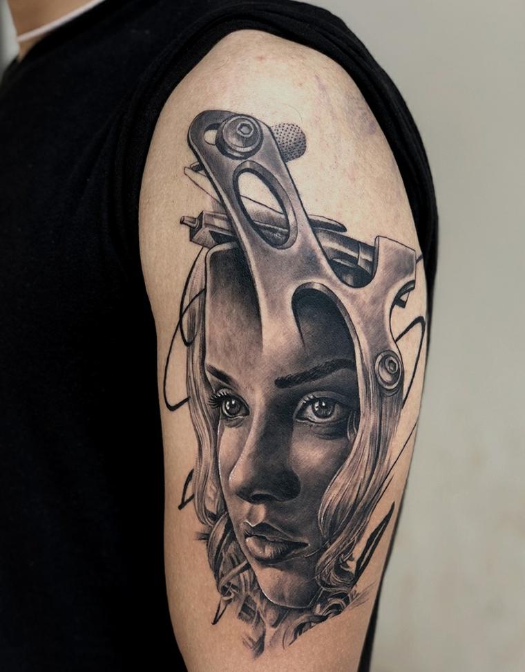 tatouage-visage-femme-options-épaule