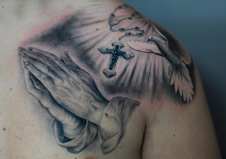 tatouages-épaule-croix-colombe-divinité