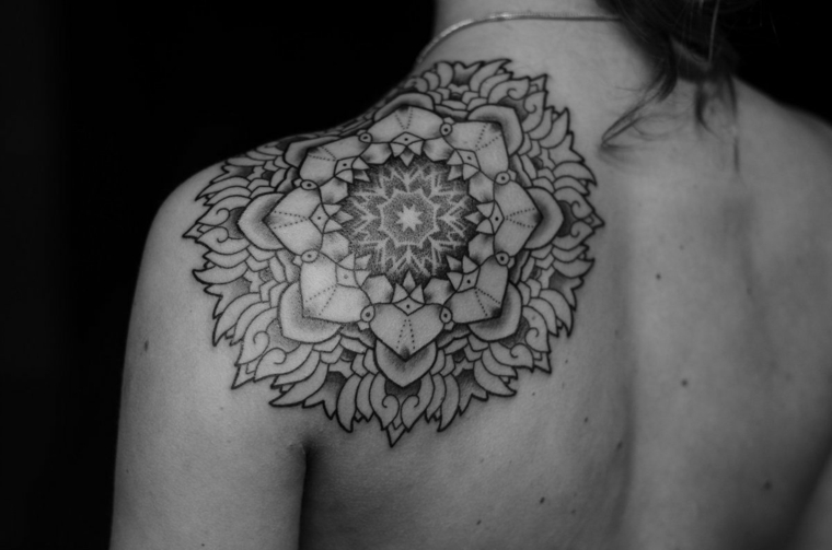 tatouages-pour-lépaule-mandala-super