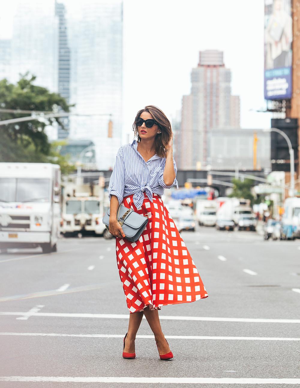 chemisier-rayures-jupe-carrés-design-moderne