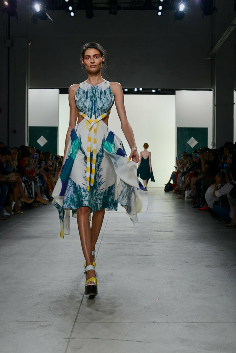Leanne-Marshall-robe-combinaison-couleurs