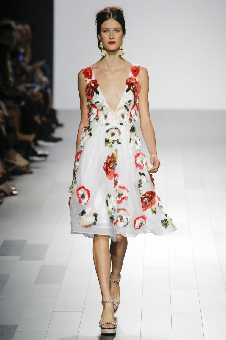 Badgley-Mischka-robe-court-boradado-flores