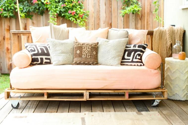 Zone de style chill-out décorée avec des meubles en palette