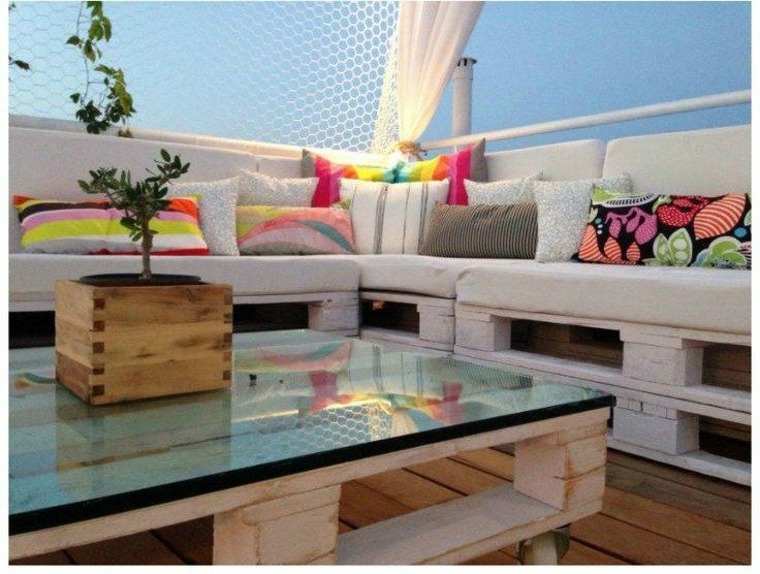 Zone de détente avec des meubles en bois recyclé