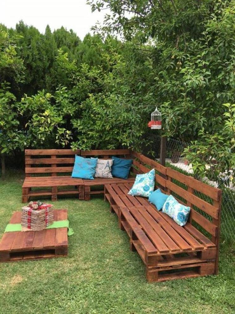 Idées de décoration pour un espace de détente sur la terrasse avec des palettes